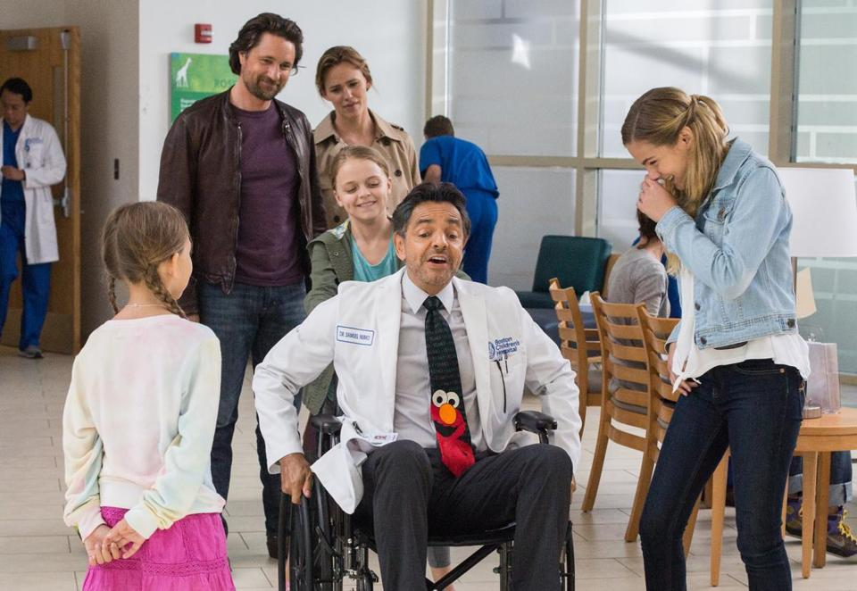 In the movie, (back) Martin Henderson and Jennifer Garner as Kevin and Christy Beam, and Kylie Rogers as Annabel Beam pushing Eugenio Derbez as Doctor Nurko.